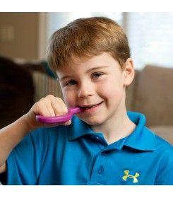 Chłopczyk gryzący gryzak logopedyczny ARK gładki miękki