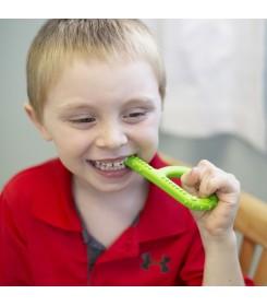 Chłopczyk gryzie gryzak logopedyczny twardy od ARK
