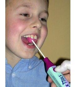Oskar podczas terapii logopedycznej z T-vibe i szpatułką toothette