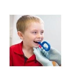 Chłopczyk gryzie gryzak logopedyczny ARK fakturowany XXT